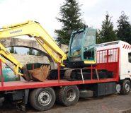 Camião de transporte de máquinas com rampas